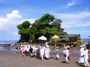 Wisata Relegius Tanah lot upacara
