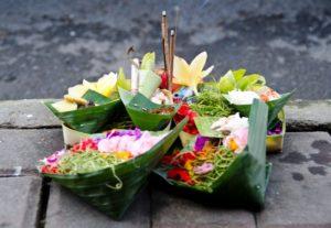 aturan tata krama Bali Sesajen Canang sari